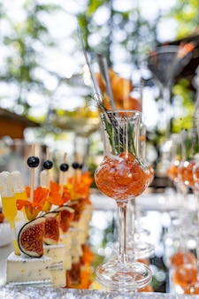 Smaczne przekąski serwowane w szklanych słoikach na stole. przekąska koktajlowa. koncepcja gastronomiczna. zbliżenie.