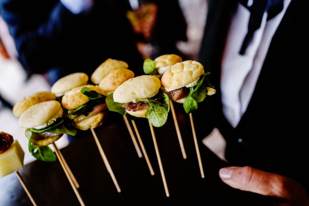 Smaczne przekąski weselne serwowane przez kelnerów dla gości