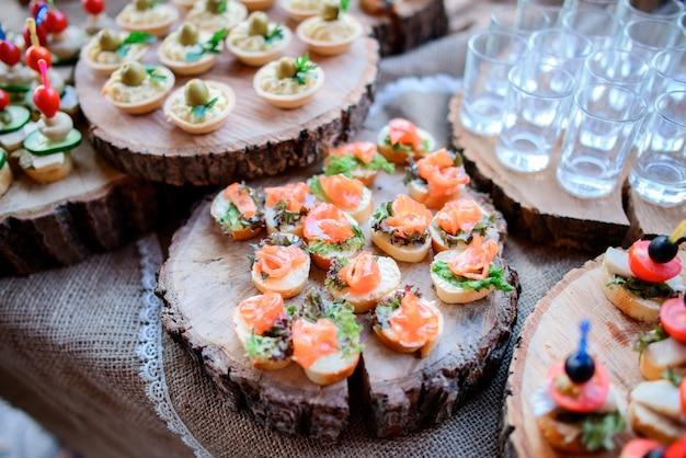 Smaczne przekąski z serem, oliwkami i marynowanymi warzywami