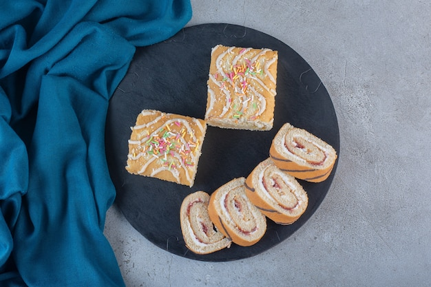 Smaczne słodkie bułki o smaku waniliowym na desce do krojenia.