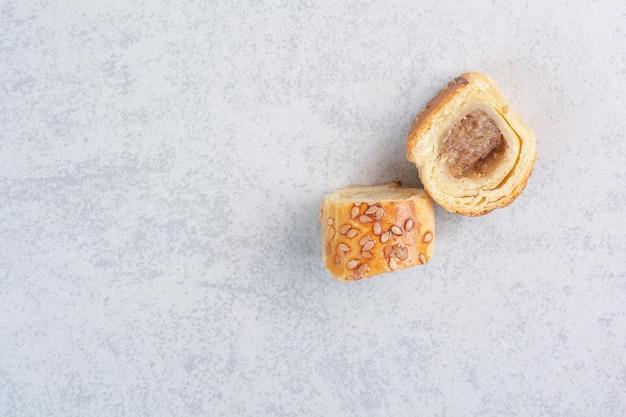 Smaczne słodkie ciasteczka na szarym tle. zdjęcie wysokiej jakości