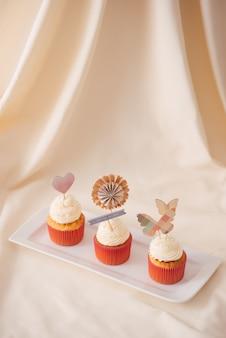 Smaczne słodkie różowe babeczki. zdobiony stół deserowy