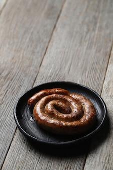 Smaczne smażone kiełbaski. tradycyjne niemieckie jedzenie