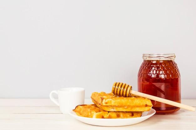 Smaczne śniadanie słodkie przekąski na drewniane biurko