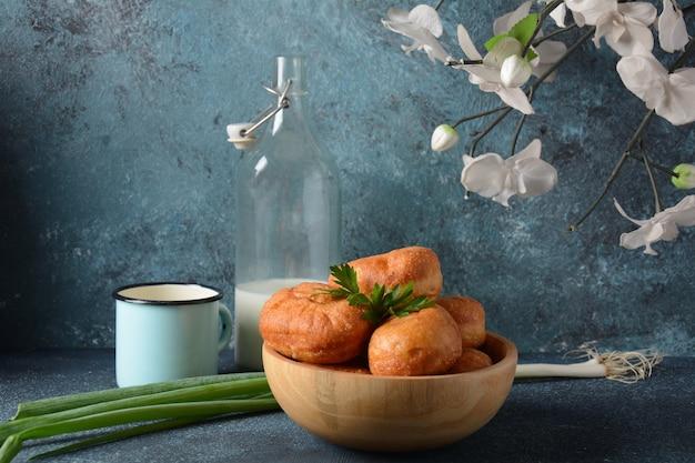 Smaczne śniadanie w stylu rustykalnym. nadziewane bułeczki (pirożki)