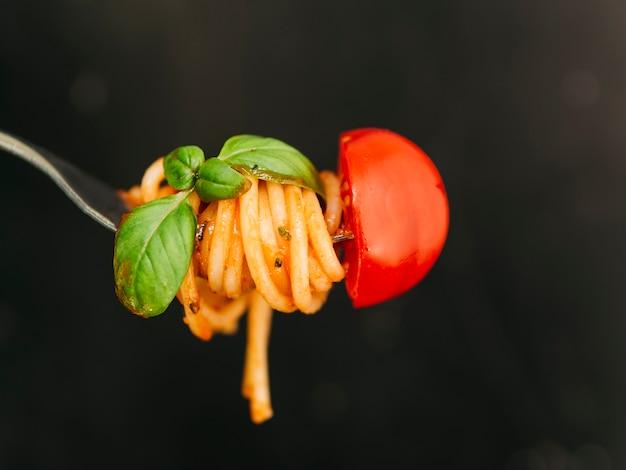 Smaczne spaghetti owinięte wokół widelca
