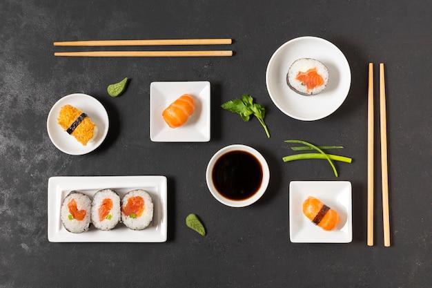 Smaczne sushi podawane z sosem sojowym