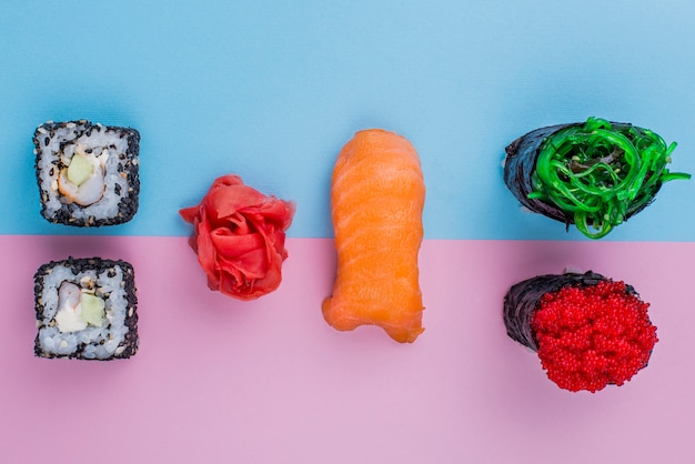 Smaczne sushi rolki na stole