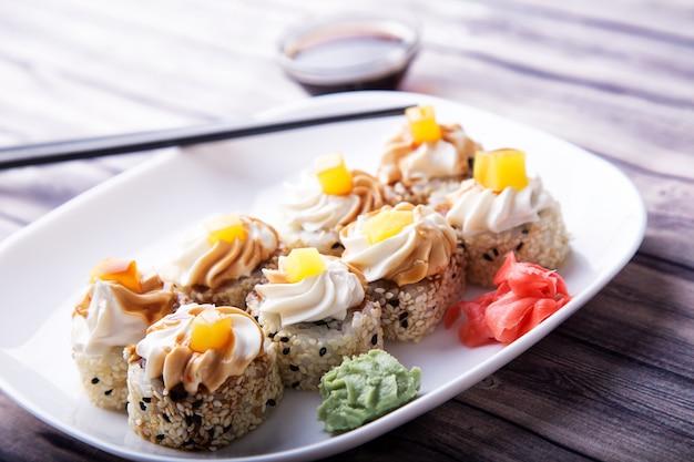 Smaczne sushi z imbirem, wasabi i sosem sojowym