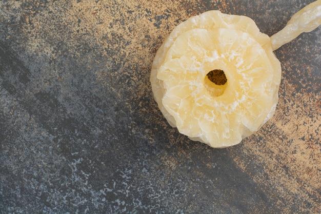 Smaczne suszone ananasy na tle marmuru. wysokiej jakości zdjęcie