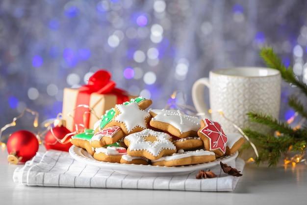 Smaczne świąteczne ciasteczka domowej roboty na talerzu