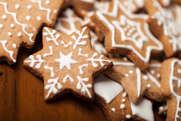 Smaczne świąteczne ciasteczka na tle