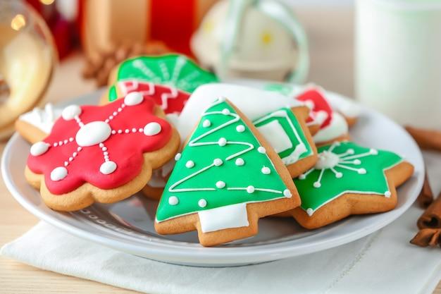 Smaczne świąteczne domowe ciasteczka na talerzu