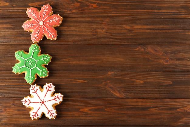 Smaczne świąteczne smaczne ciasteczka na drewnianym tle
