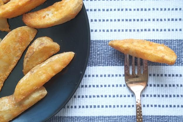 Smaczne, świeżo upieczone chipsy ziemniaczane w talerzu