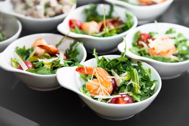 Smaczne talerze sałatkowe z krewetkami.