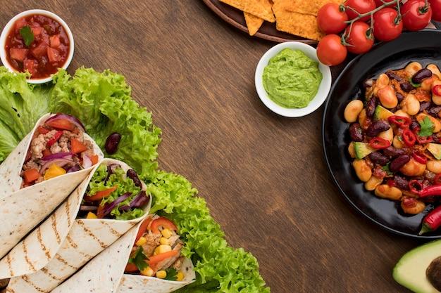 Smaczne tortille ze świeżymi warzywami i mięsem