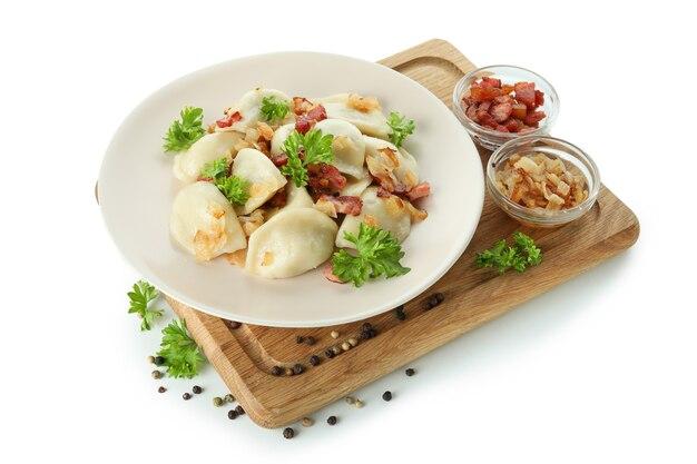 Smaczne vareniki lub pierogi na białym tle