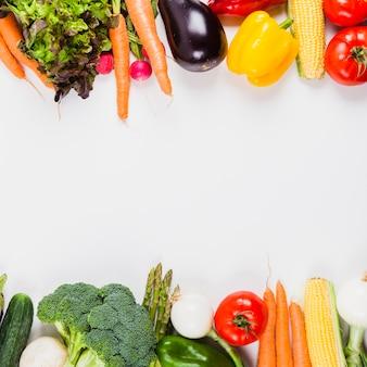 Smaczne warzywa i przestrzeń w środku