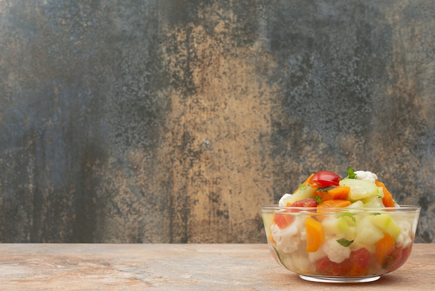 Smaczne warzywa na szklanej płycie na marmurze.