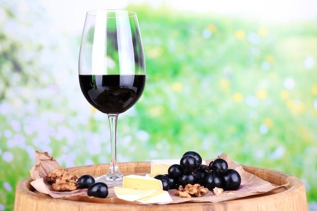 Smaczne wino i dojrzałe winogrona na zieleni