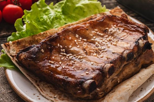Smaczne żeberka wieprzowe z grilla na talerzu. zbliżenie