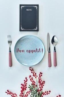 Smacznego! strzał koncepcja jedzenia pod wysokim kątem z rzeczy w restauracji