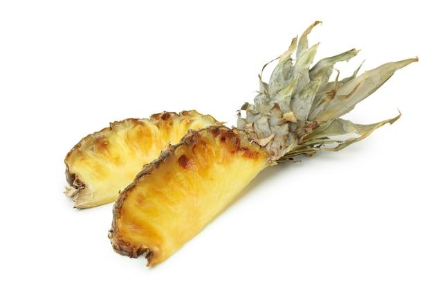 Smaczny ananas z grilla na białym tle.