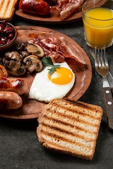 Smaczny asortyment dań śniadaniowych