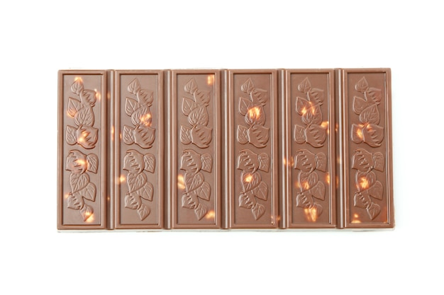 Smaczny baton czekoladowy na białym tle