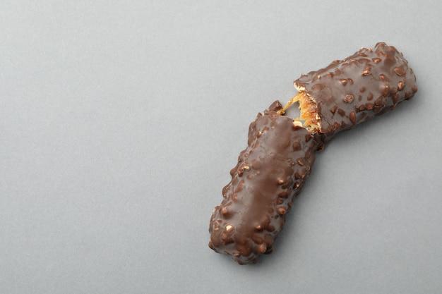 Smaczny batonik czekoladowy na szarym tle
