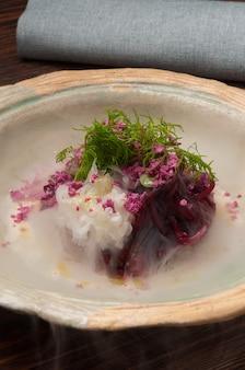 Smaczny burak z grzybami leśnymi. sałatka w restauracji