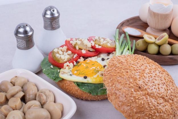 Smaczny burger z pieczarkami i jajkami.