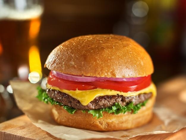 Smaczny cheeseburger z piwem w tle