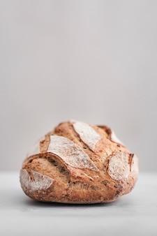 Smaczny chleb z białym tłem