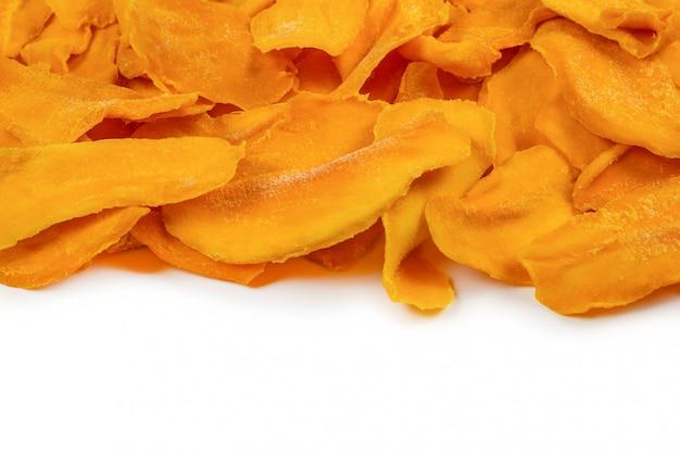 Smaczny cukier mango plastry tło. widok z góry.