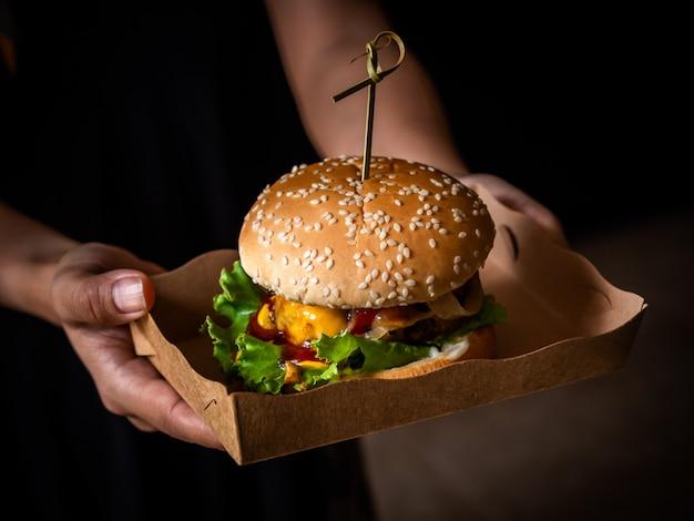 Smaczny domowy burger gotowy do spożycia.