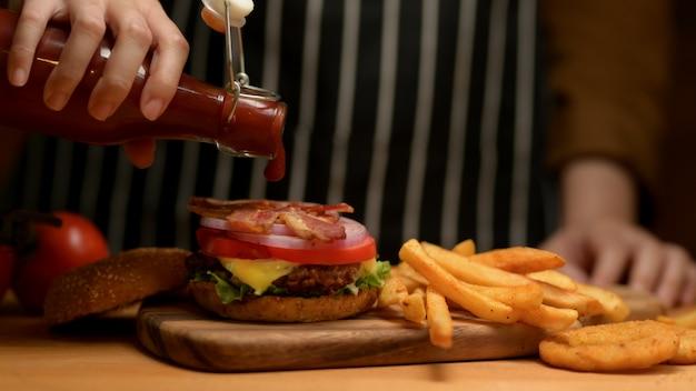 Smaczny domowy burger z boczkiem i frytkami