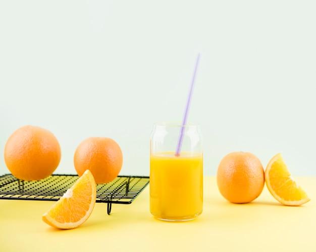 Smaczny domowy sok pomarańczowy na stole