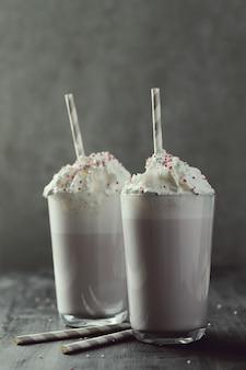 Smaczny drink mleczny ze słomką