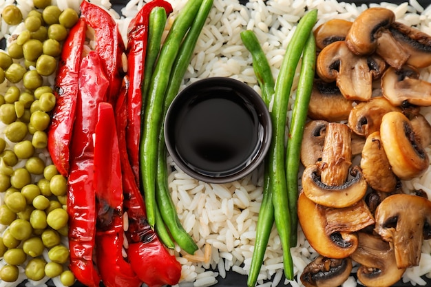 Smaczny gotowany ryż z warzywami i sosem, zbliżenie