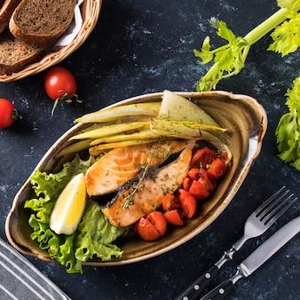 Smaczny grillowany stek z łososia z warzywami na talerzu. widok z góry