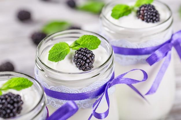 Smaczny jogurt z jeżynami w słoikach