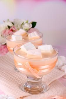 Smaczny jogurt z piankami, z bliska