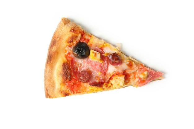 Smaczny kawałek pizzy na białym tle