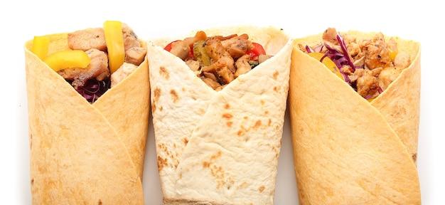 Smaczny kebab doner na białym tle