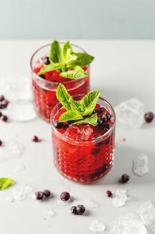 Smaczny koktajl świeżo upieczony z jeżyną i miętą. podawane w szklankach. zbliżenie