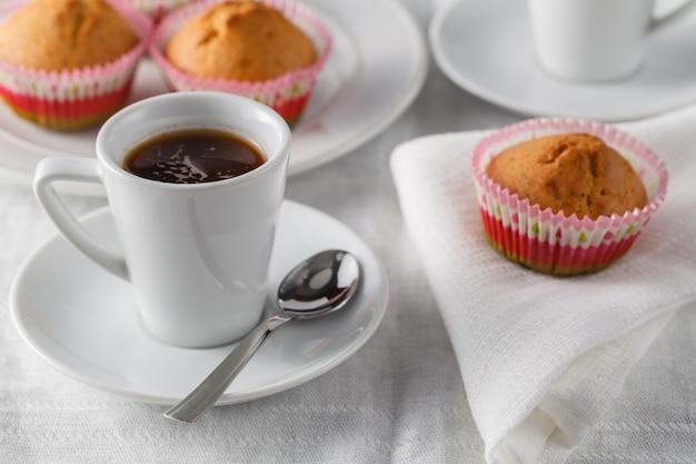 Smaczny muffin z czekoladą na stole kuchennym