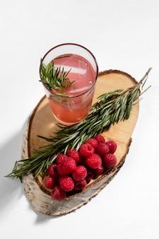 Smaczny napój i maliny na detoks