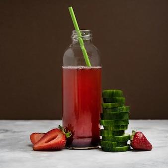 Smaczny napój truskawkowo-ogórkowy